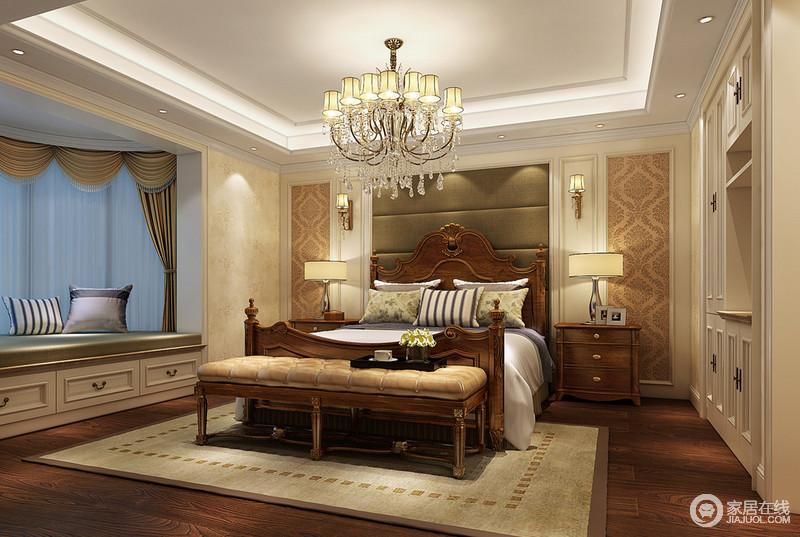 卧室床头利用软包拼接对称印花,营造出大方的装饰感。厚重的实木床上浅清柔软的床品与之形成色彩的反差,平衡了空间的厚重。墙体衣柜和休闲飘窗,增加了空间的强收纳功能。