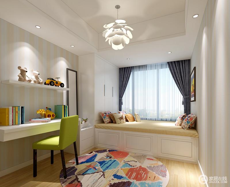 清新的竖条纹壁纸营造出卧室的活泼悦动感,缤纷色彩的地毯、靠包和草绿单人椅,带着斑斓的趣味在卡通玩物的点缀下,洋溢着蓬勃朝气。一体式的床板下方,增加了空间的收纳功能。