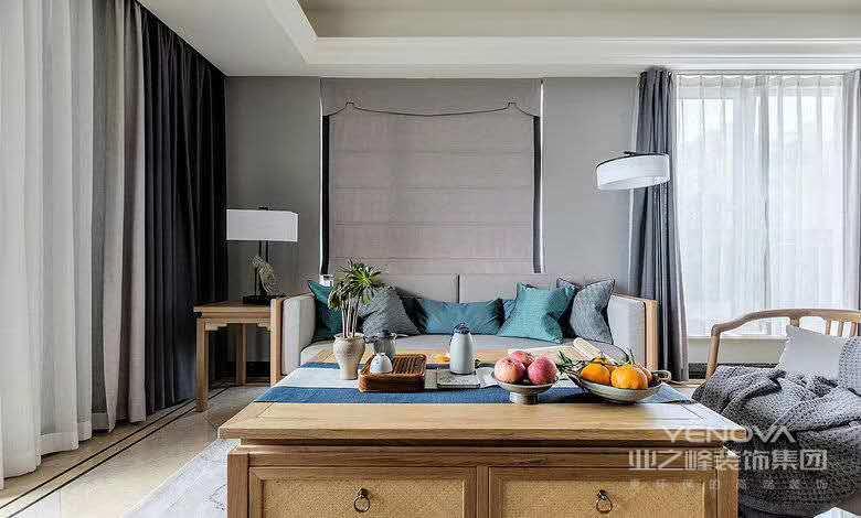 客厅内家具装饰大多以现代中式风格为主,原木桌椅带来独特质感,灰色墙壁与沙发,两两集合,越发显得客厅这一片天地简洁自然。