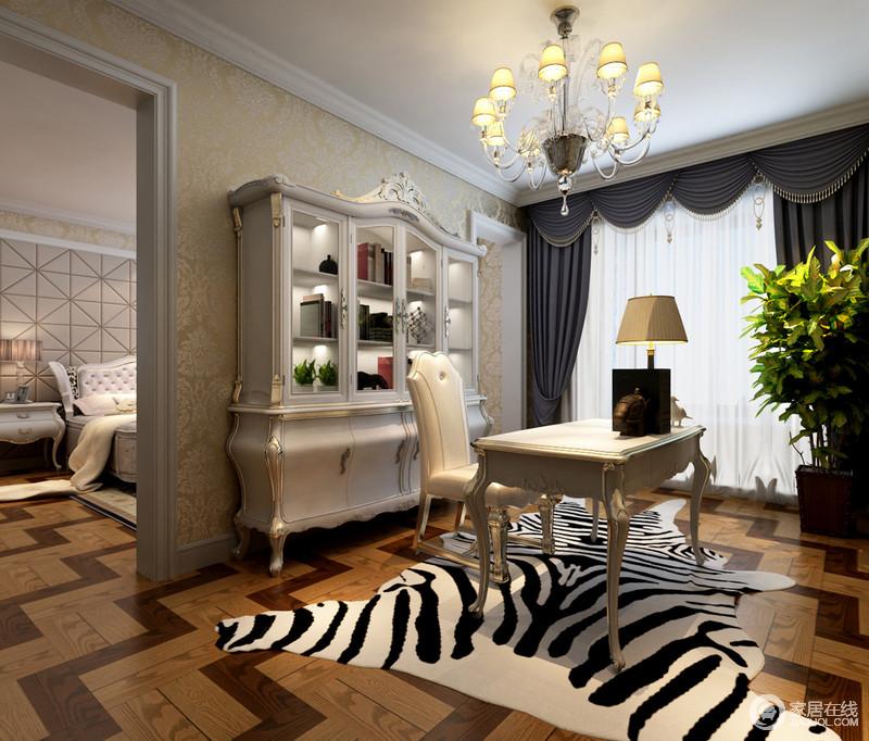 书房中白色书柜、书桌巴洛克的美学设计感染着空间,让本来温实的氛围有了古美;斑马纹地毯张扬着狂野,令空间的文艺气质更加磅礴。