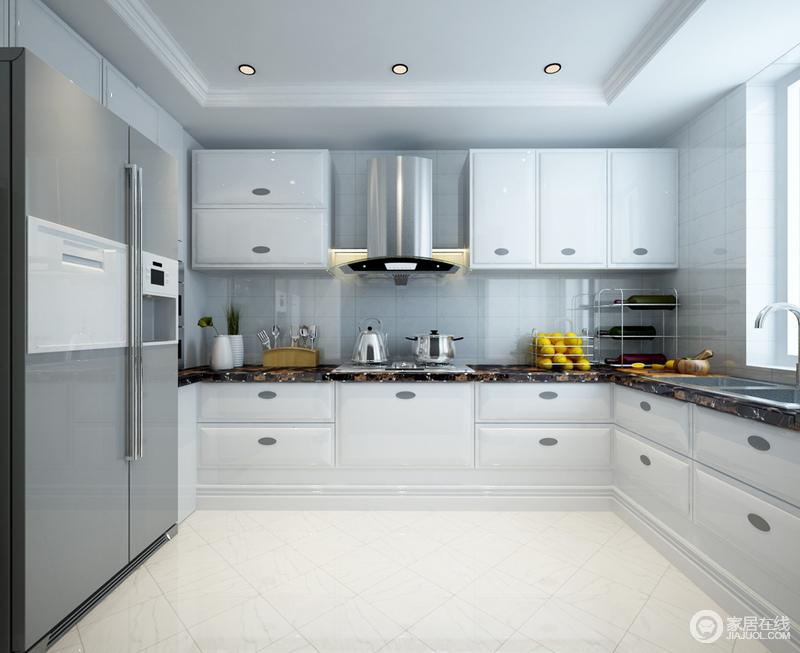 白色的L型橱柜整洁而实用,大理石台面硬朗中突显着大气,家居用品有序的摆放和洁净度可感受到主人对生活的用心;设计以实用为主,简洁中更显品质。