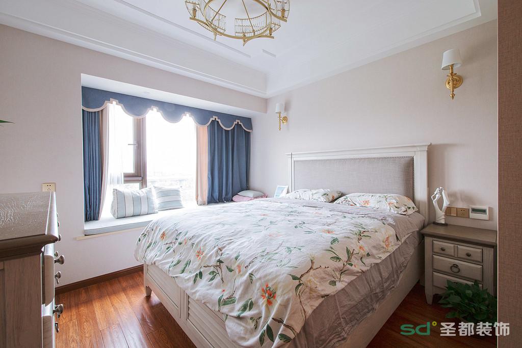 卧室以简洁温馨为主的色调,柔软的成套布艺来装点,同时在软装和用色上非常统一。