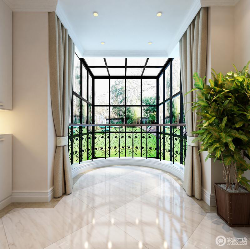 阳台圆拱形的设计增加了空间的动线效果,通透的玻璃窗在几何结构的设计装修下,更显自在。