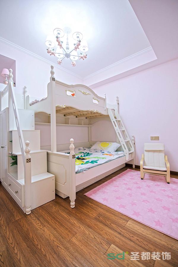 儿童房的色彩比较活泼,淡淡的粉色,摆放了上下铺的儿童床,节省了空间。