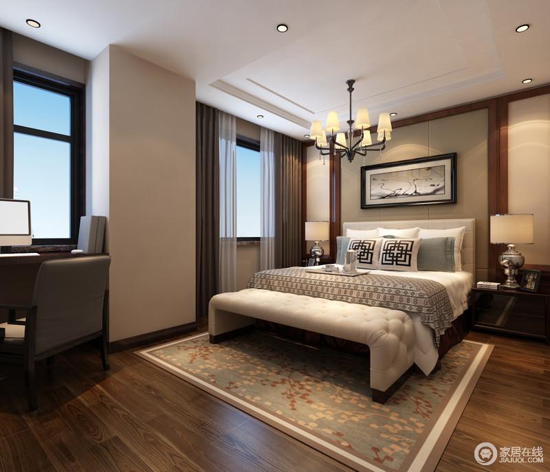 卧室依照中式设计的用色,以驼色来渲染自然和煦的色调;对称设计将实木边柜、银制吊灯串联起来,并与中式靠垫、浅色床品平衡出一个淡雅的氛围,植物概念的地毯也将自然意趣注入其中,顿生活力。