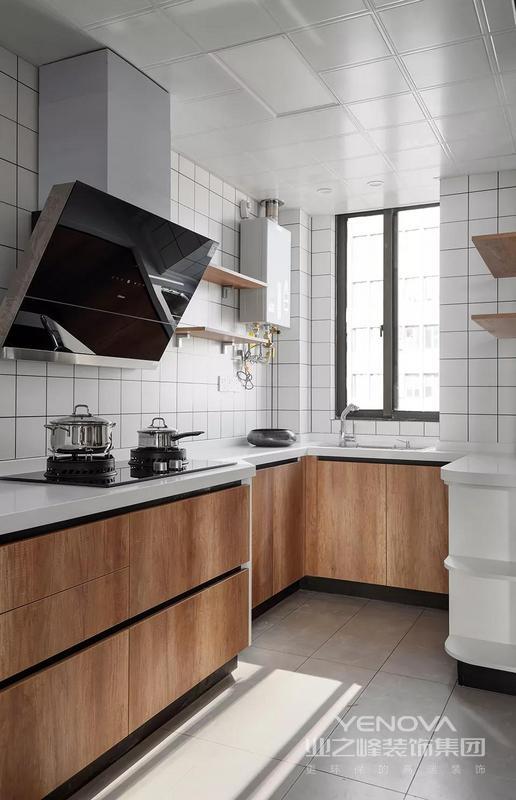 搭配白色小格墙面砖,还有红橡木橱柜,为了保证水槽区域的活动,侧边操作台装成进深较小的,整体厨房小巧而又实用。