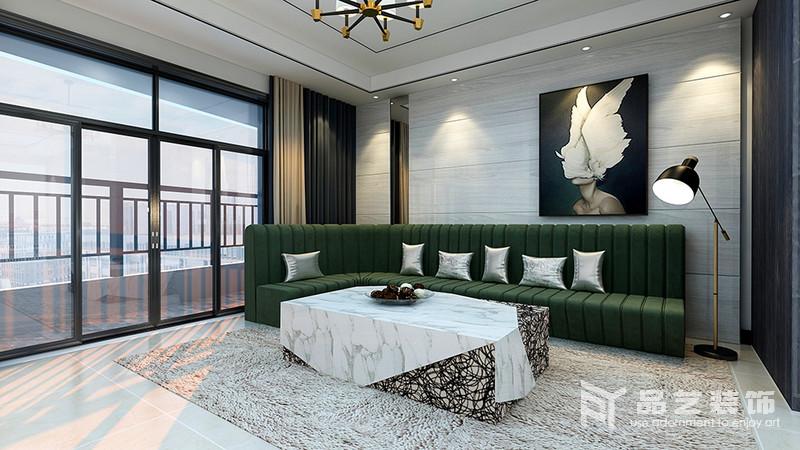 客厅整体结构和线条都十分整洁,浅灰色瓷砖铺贴在背景墙,不仅易于打理,还凸显纹样之美;抽象地挂画与墨绿色沙发、茶几演绎现代时尚,而驼色窗帘与草色地毯给家带来暖调,平衡出空间的温和。