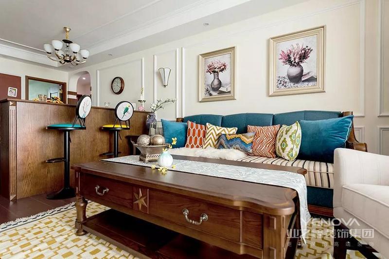 客厅电视墙打造整体定制柜,电视柜与储物柜融为一体,实用与美观兼具。