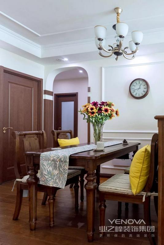 用木质半高储物柜作为客厅和餐厅的隔断,同时可以摆放平时随手使用的茶壶、水杯以及茶叶、咖啡等饮品。