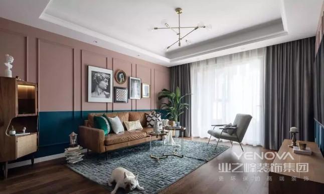 客厅朝南,采光充足,简单的灯带就可以让整个空间明亮开阔。由于空间有限,家具上全选择细腿家具,提升轻盈通透感。