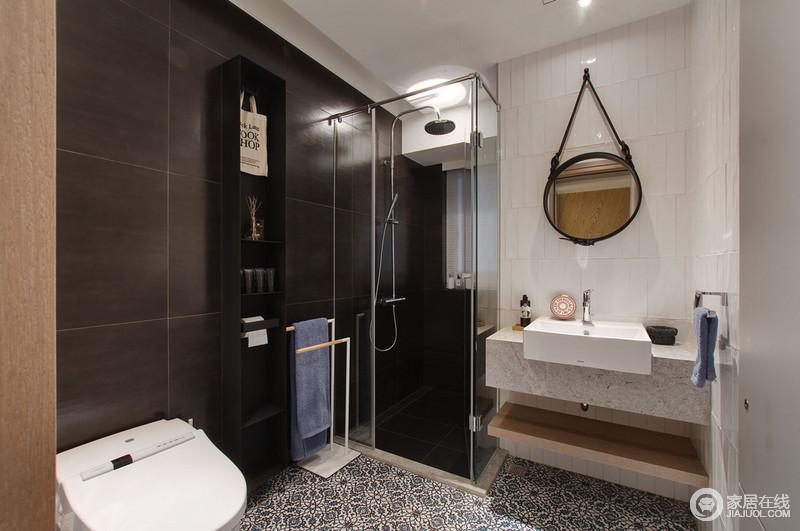 卫浴间通过黑棕色和白色瓷砖形成对比,强烈的层次,让空间愈显品质;黑色收纳柜与简约毛巾架十分讲究,大理石悬挂式盥洗台呈方形与圆形镜子寓意方圆,而复古花砖无疑给现代设计多了份异域情调。