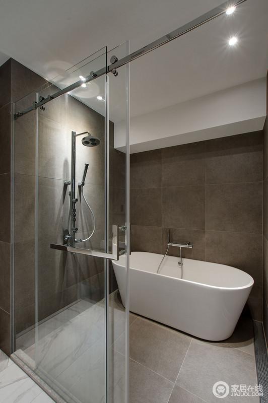 设计师针对空间的使用需求分析,专门设计了一个沐浴空间,并集合了浴缸和淋浴,让生活品质更加精致;布纹地砖和深灰色地砖堆砌而成的立面在白色浴缸的点缀中层次分明,质感上乘。