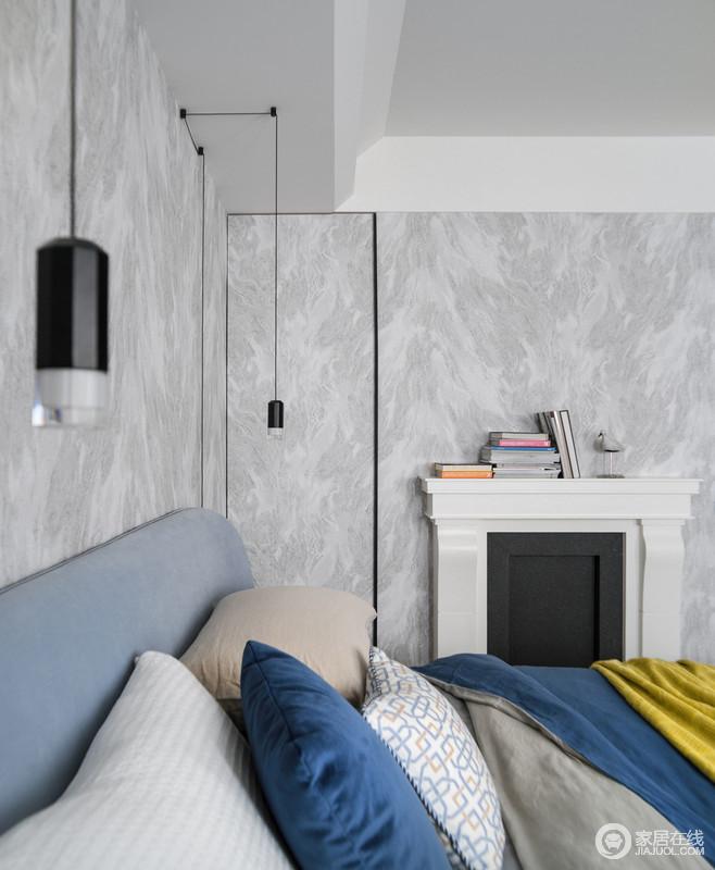 灰白色的壁纸好似天然的大理石带来自然的清韵和硬朗的力度,与简单可任意变化线条形态床头灯饰浪漫典雅;古典印象的壁炉与柔和的床品融合于空间,幻化出淡雅而高贵。