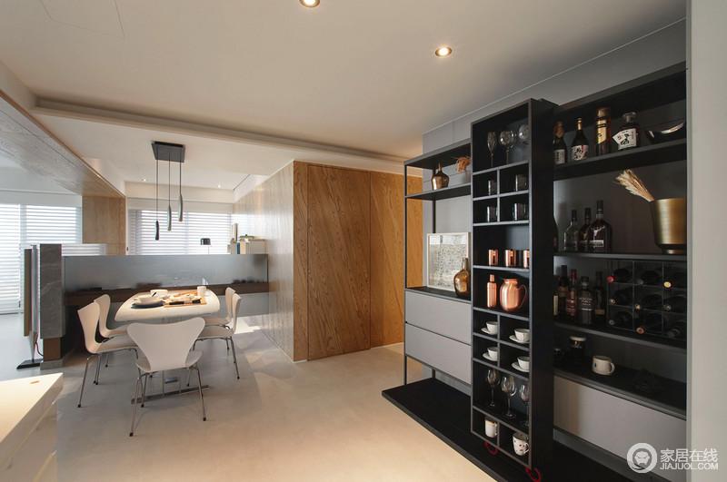 餐厅以开放式设计彰显着都市生活的随性和自在,没有了拘束;设计师通过简式结构重点强调区域性,白色家具和黑色橱柜搭配出优雅;精致的餐盘和陈列整齐的家居生活用品突显了主人对家和生活的爱。