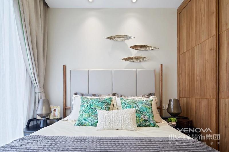 东南亚风格喜欢采用实木跟藤制做成的直线,配合深色而且炫彩的窗帘用色,展现随着光线变化而产生变化的灵动美感。