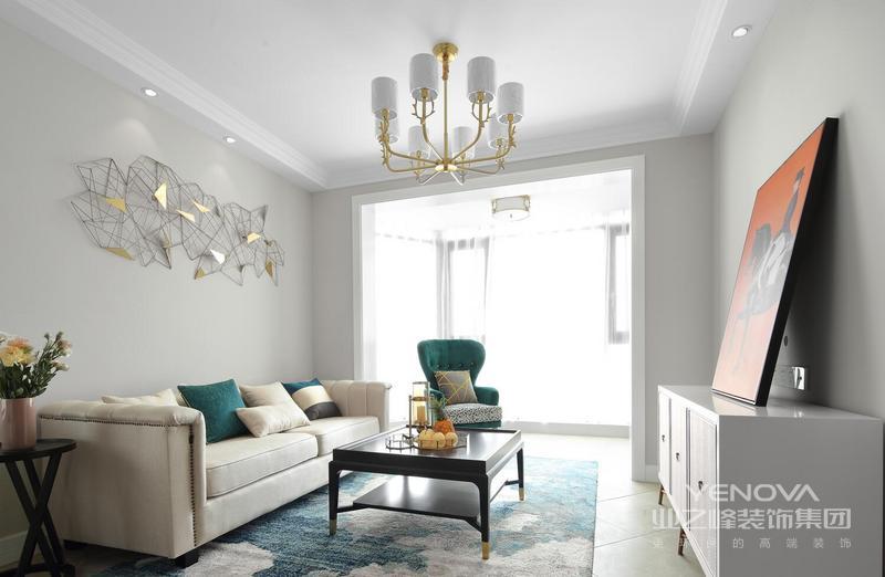 沙发背景墙的墙面使用了颜色很淡的乳胶漆,这种浅蓝色搭配着白色的沙发,显得客厅区域非常亮堂,即使用了深色的地毯,也不会让空间显得压抑。