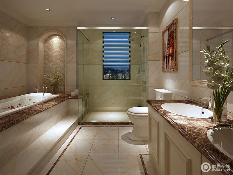 乳白的大理石上纹理如脉络般盘综,点光源下空间展现出轻盈素雅。盥洗台与浴缸在材质上保持一致,拱形门洞营造出背景韵味。分隔干湿的玻璃门,平添几分现代质感。