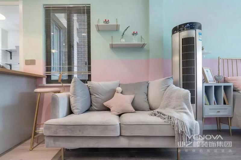 客厅的沙发背景墙被刷成了粉色和青色,既可以提升客厅的层次感,这两种马卡龙色也让客厅看起来更加清新和精致