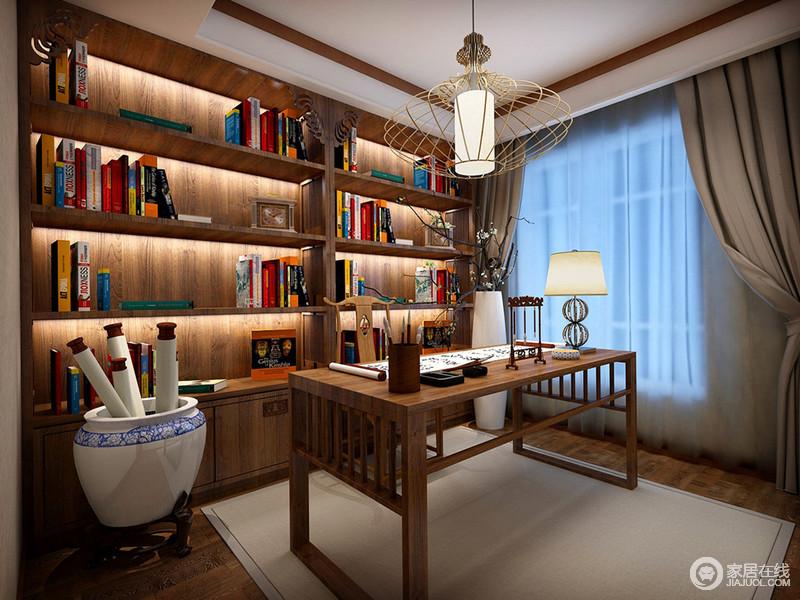 木质的朴实与温和,使人易生灵感和智慧。静谧安和的书房里,简洁的书柜架作为背景,在灯带营造下,与书桌上的文房四宝及青花瓷缸里的书画,充满了丰盈的文化内蕴。