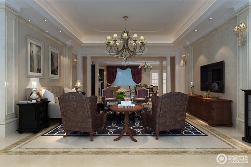 深浅色相搭的客厅里,墙上罗马柱勾勒出画框的装饰感,加入驼色壁纸和理石材质,营造出清新典雅的情调。深色的家具在几何图案与印花花纹的点缀下,显得端庄华丽。
