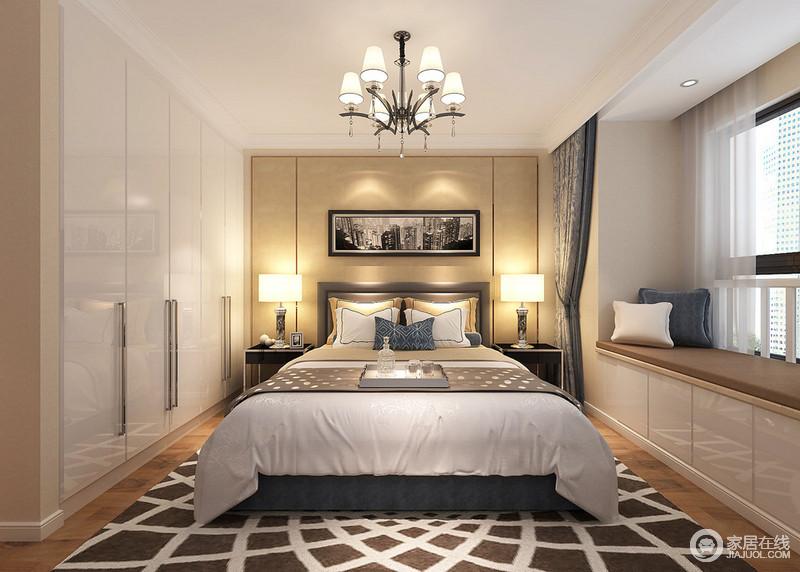 卧室里低调中性的白色搭配米黄色,局部加入深蓝色,在浅浅光线下,将雅致宁静注入到空间里。地毯上放射性的几何图案,又为空间带来灵动活泼。