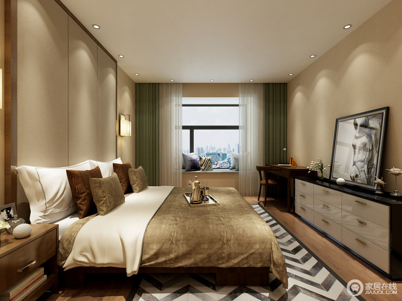 温润的驼色空间里,带来静谧朴质的恬淡氛围。棕黄色的床品、黑白斗柜与画作、棕红木质家具、墨绿窗帘,调剂了空间色彩,彰显出雅人深致的沉稳气质。