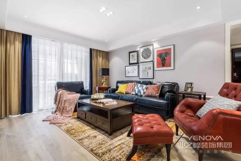 客厅空间硬装以简洁现代为主,灰色系墙面搭配木质地板;软装则多为亮色,深蓝色皮质长沙发搭配棕红色皮质单人椅,提亮空间。