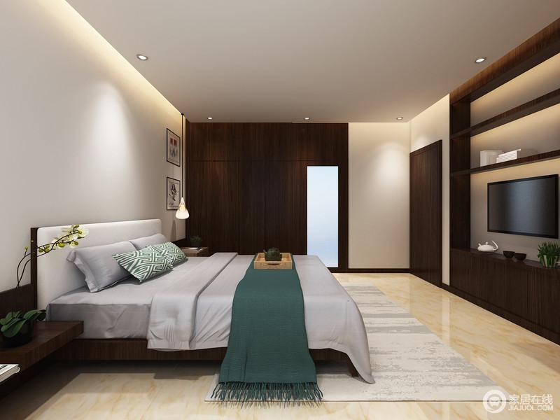 卧室以舒适为主,吊顶利用灯带来营造层次,而褐木围筑的背景墙兼具收纳的作用,更加实用和美观;灰色床品在绿色回字纹靠垫和毯子的点缀中多了些清韵,并与灰色地毯谱出优雅。
