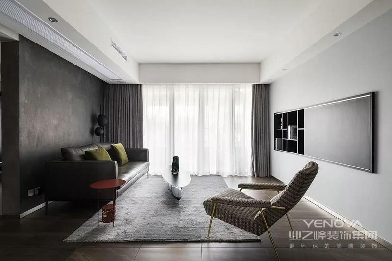 客厅内落地窗将充足的光线照进空间,叠门的设计,使得视线无遮拦地贯穿室内外,室内不断与户外交融对话;灰色窗帘、地毯因为白色纱幔素雅而柔和,而褐灰色地面和灰色背景墙因为皮质沙发、树叶茶几多了份现代复古,嵌入式电视墙的设计以浅灰色作为调和,张扬层次之美。