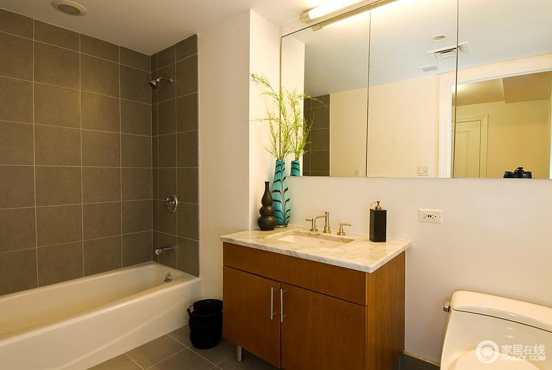 卫浴间设计得十分简单,主要以实用性出发,木质盥洗柜上的蓝色、褐色花瓶无疑是空间的焦点,带来另类的艺术风,改变了略显乏味的空间。