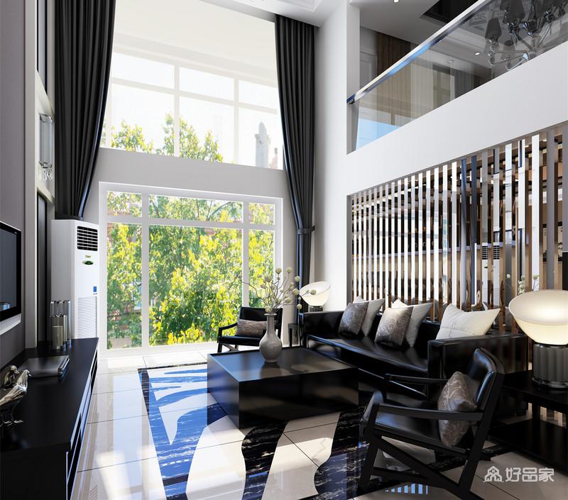 空间的挑高将灰色窗帘和欧式银制吊灯的恢弘大气组合成新的优雅,令白色调的空间多了些新奢;金属屏风墙的工业硬朗与灵动与黑色皮质沙发和实木茶几组合出后现代的果敢,沉寂中更显绅士范儿。