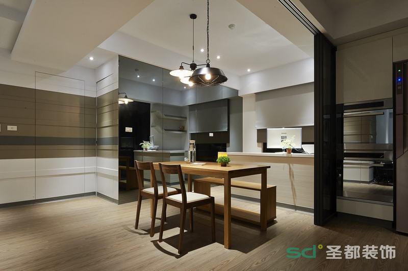整体空间的线条设计巧妙,在看似复杂的软装搭配中显得空间简约清爽。吊灯与客厅的吊灯互相呼应,餐椅棱角分明,皮质柔软,周围走边的铆钉也显得十分有质感加上壁灯的搭配,让整个空间美式韵味。
