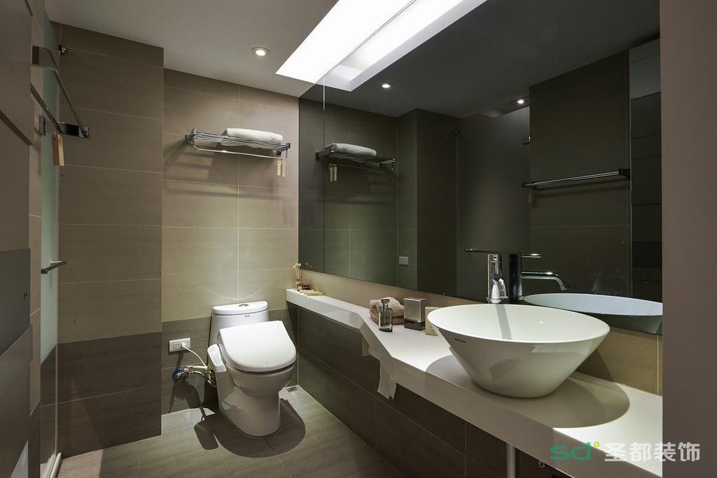 卫生间整体的灰色让人感觉特别舒服,整面镜子的沉静硬朗气息格外强烈,空间显得沉稳优雅。