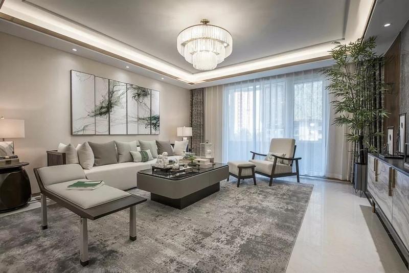 从沙发背景墙到地面,米色系与灰色的配搭,带来雅致平和的空间气质;中式元素不动声色的点缀渲染,给客厅带来惬意闲适的意境美。