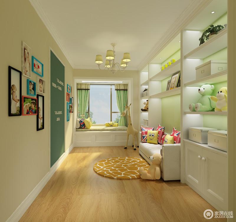 儿童休闲室中利用黄色和绿色来粉刷墙面,将自然清新携入室内;照片墙可见孩子成长记忆,与各式的动物玩具让人回归童心时代;榻榻米或者沙发为主人和孩子提供了一个一起休息的场所。