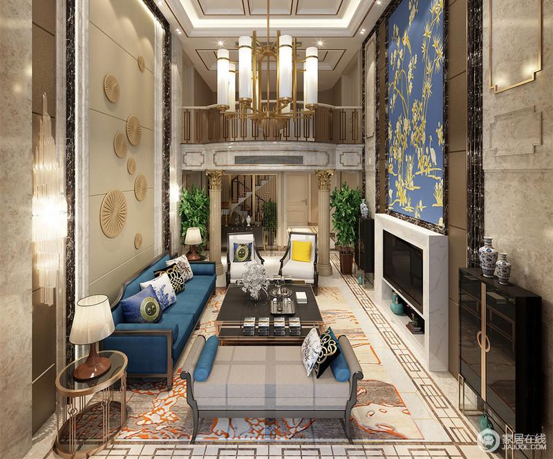 双层的大空间下运用了丰富的石材、金属、软包材质和印花元素,在欧式风格线条的玲珑构筑下,空间豪华间不失贵雅格调。蓝色的局部使用,点缀出沉稳华丽的气质。