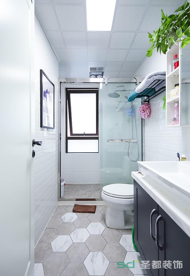 卫生间区分了干湿分离,平整的设计,以玻璃门与空间区分,多了整洁大气。