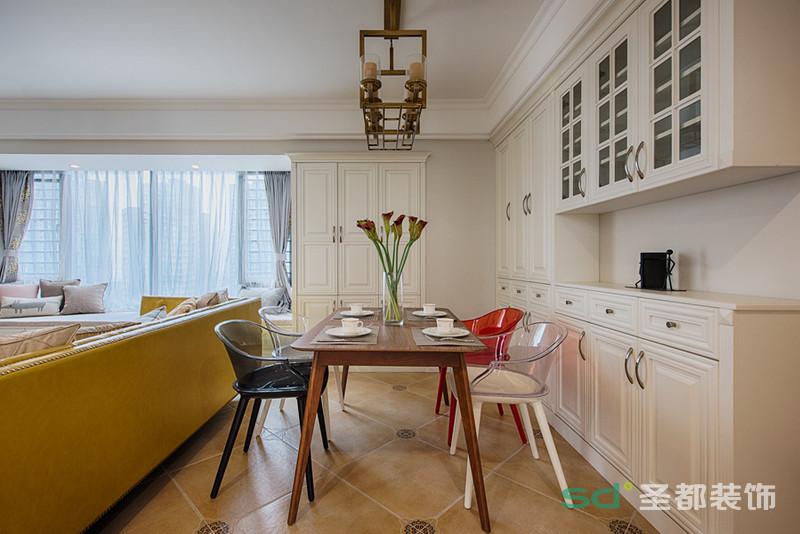 整面定制柜子,收纳性很强,过日子,多做些收纳准备是必需的。餐厅则是与客厅相连在一起,简约简洁不简单,采用细脚家具的桌子和凳子,整体气质都被拔高了。