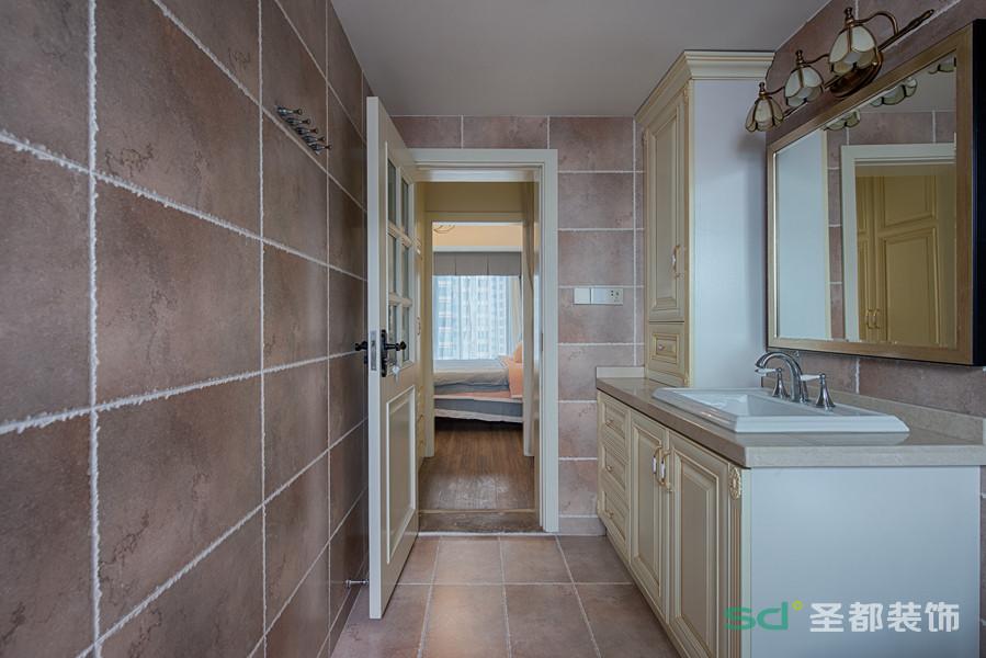卫生间在卧室里面,做了干湿分离,为清爽的空间里注入丰富的层次感;不同造型的浴室镜折射着空间,带来视觉上的延伸扩展。