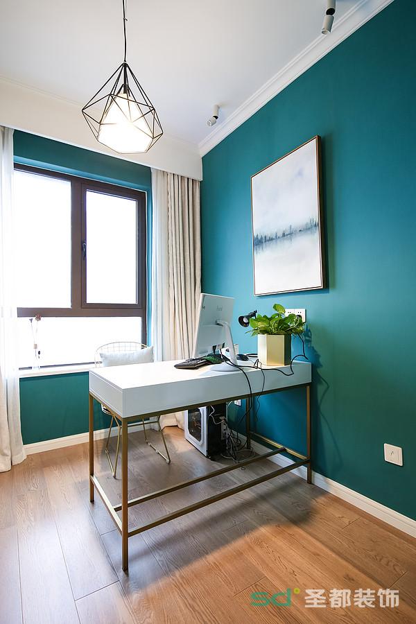 书房设计一目了然,大书柜与书桌是书房原本的样子,墨绿色的墙纸好似将业主置身于北欧森林,越简单,越专注。