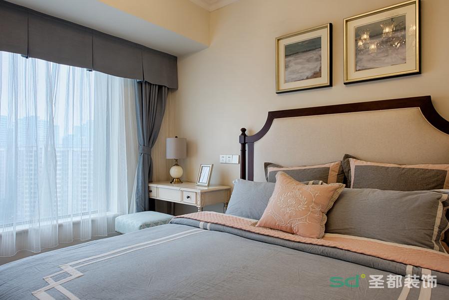 主卧色调柔和且时尚,简约的线条搭配素静的色彩,营造的是非常舒适的睡眠环境。薄沙窗帘使阳光温和的照进室内,洋溢着慵懒的舒适感。