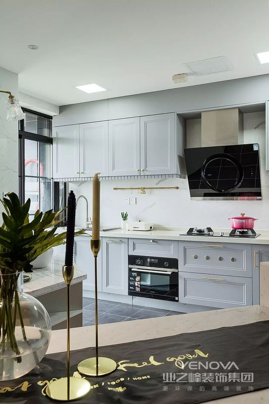 厨房是家庭中使用频率较高的区域,舒适性尤为重要。设计师从视觉、触觉及体验感出发,着重提升厨房的舒适性。
