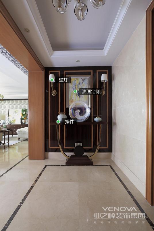 入门的端景设计让人眼前一亮,背景墙上的壁画灯饰与落地台上装饰物相互呼应,一进门就能感受到屋主生活的高要求和高品位