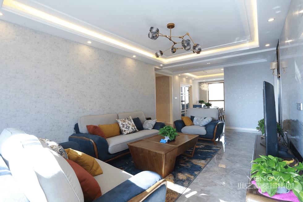 简洁的沙发背景,配上藏蓝的地毯,趣味无群。