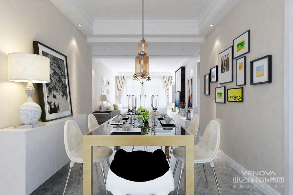 简欧风格装修的房间应选用线条繁琐,看上去比较厚重的装饰画框,才能与之匹配,而且并不排斥描金、雕花甚至看起来较为隆重的样子,相反,这恰恰是风格所在。