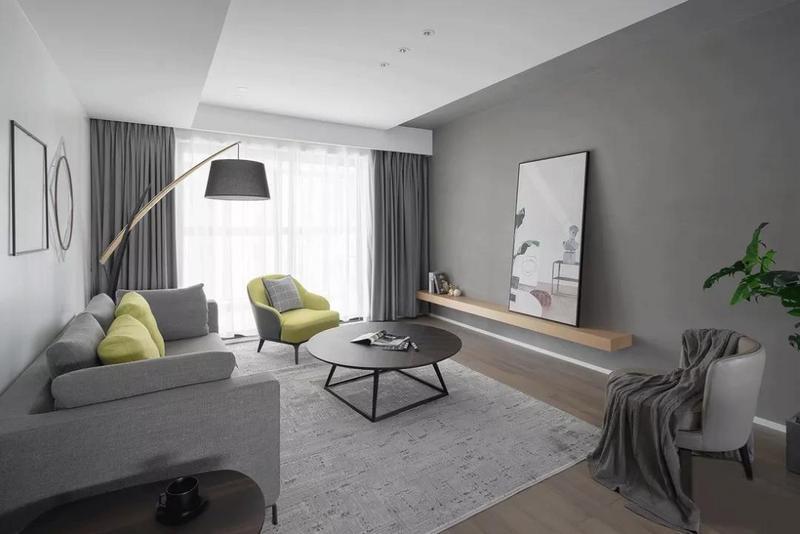 客廳以安靜的灰色為主調,低飽和度的灰色調給人一種朦朧感。沒有用生硬的電視柜,而是選用較為自然的裝飾層板來轉換色調與材質。