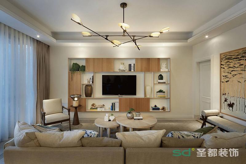 客厅用了米色系列的沙发,搭配茶几的颜色,相得益彰,电视机背景墙也用了原木色镶嵌,造型突兀,简单干练。