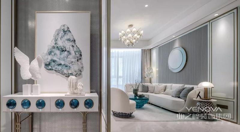 玄关端景台上的白色装饰品,还有一幅独特铜框装饰画,端景柜带着宝石蓝造型的点缀,一开门就感受到一股优雅温馨的气质感。