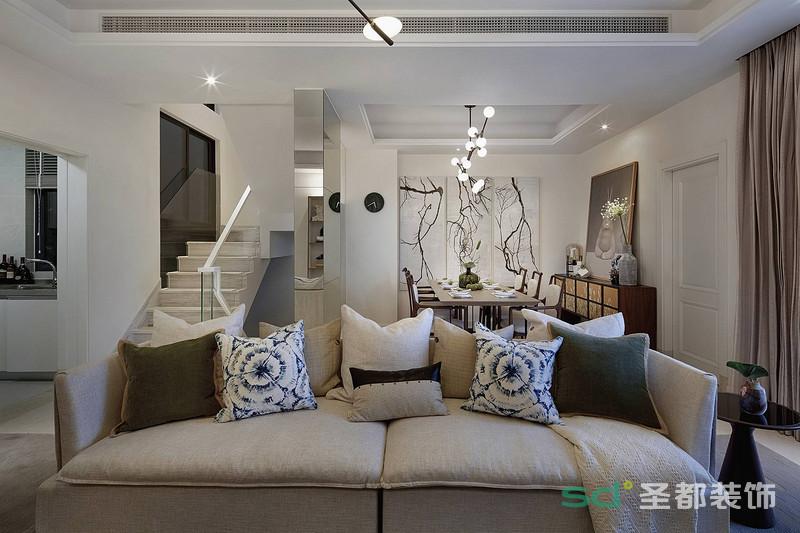 客厅和餐厅融会贯通,彼此形成空间一体的意境,小跃层的楼梯特别干净清爽。