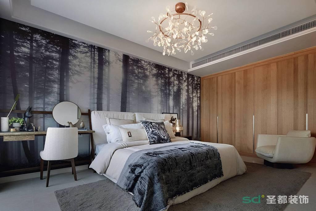 主卧室的背景墙用了冷色系,原木色的衣柜正式北欧风格的特色,能够多留出一部分的动线空间。